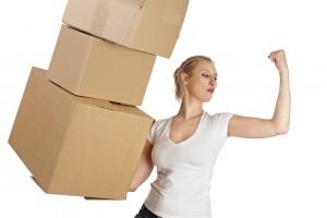 Femme déménageant facilement