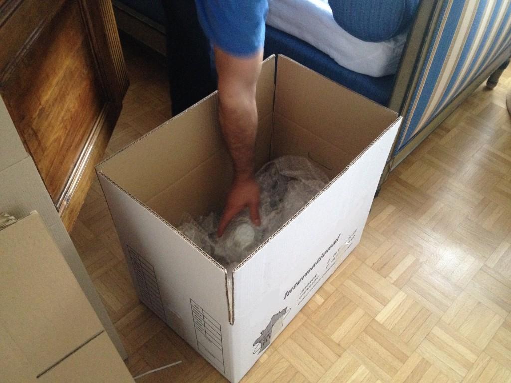 Emballage objets fragiles sous papier bulles dans un carton standard de déménagement