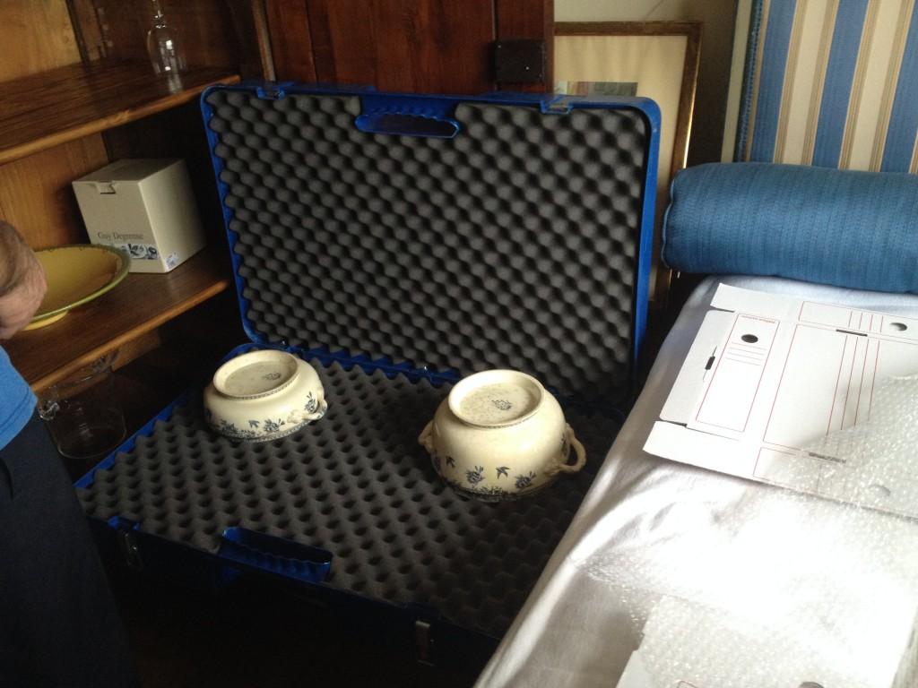 Emballage de vaisselles dans une valise de déménagement capitonnée (protection mousse)
