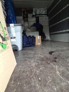 Chargement d'un camion poids lourd de déménagement avec transbordement