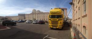Déchargement camion poids lourds monte meubles