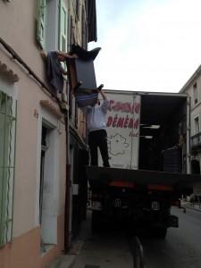 Passage fenêtre chargement camion déménagement